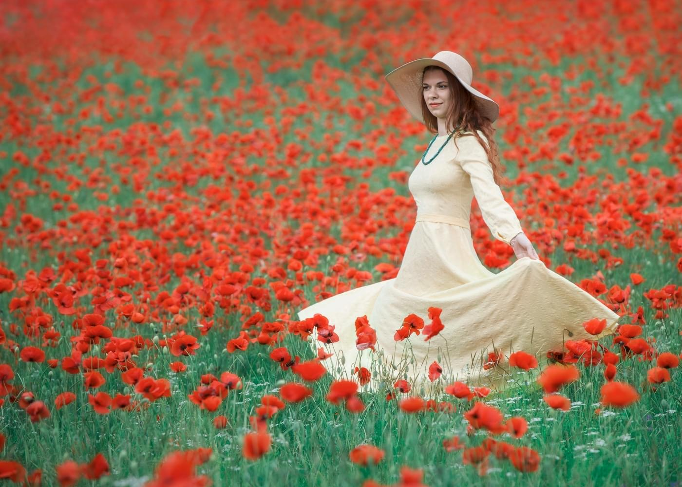 photo tours of the Crimea - photo with a model - spring flowering poppies Turgenevka